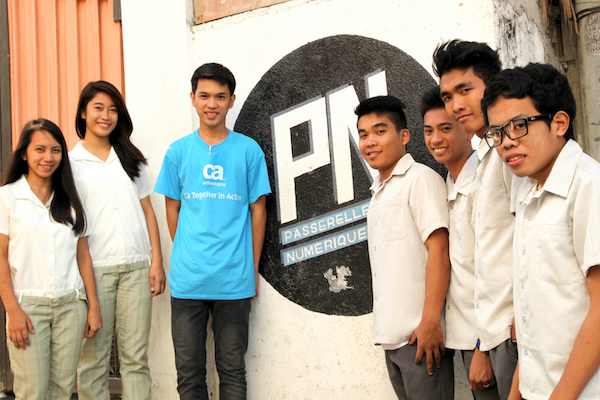 A group of PNP students in front of the PN logo at the center.