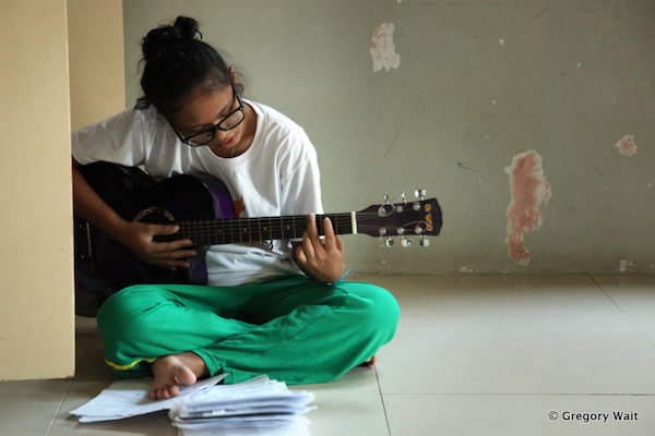 PNP student practicing guitare.