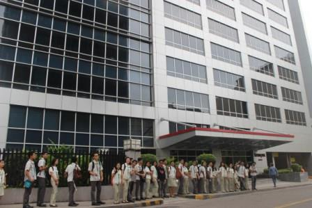 PN Philippines students waiting for their tour in front of Lexmark's building